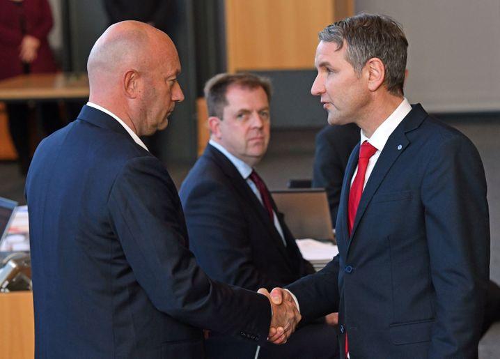 AfD-Fraktionschef Björn Höcke (r.) gratuliert Thomas Kemmerich (FDP), dem neuen Thüringer Ministerpräsidenten