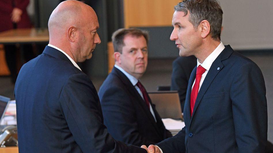 Thomas Kemmerich (FDP) nimmt im Februar 2020 nach seiner Wahl zum Ministerpräsidenten Glückwünsche von AfD-Fraktionschef Björn Höcke an