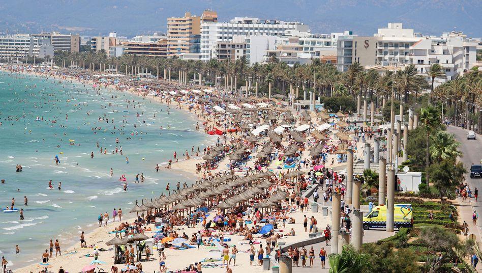 Touristen am Strand von El Arenal auf der Balearen-Insel Mallorca (Archivbild)