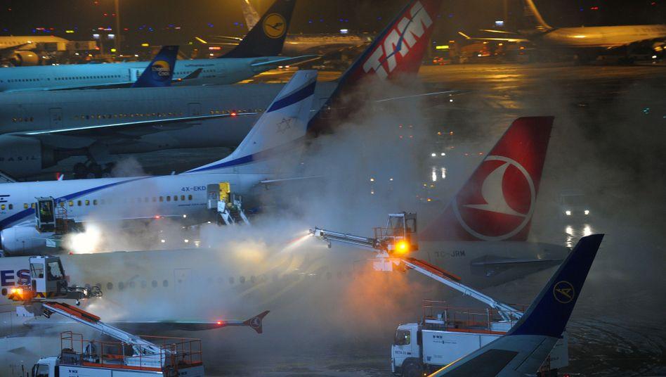 Winterchaos in Frankfurt: Flugzeuge werden vom Eis befreit
