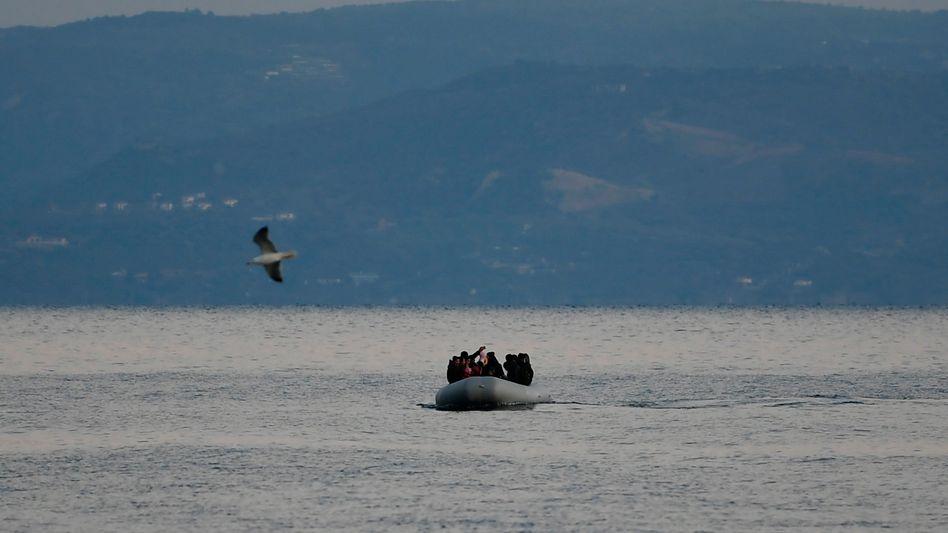 Schlauchboot vor Lesbos: Griechenland hat das Asylrecht für einen Monat ausgesetzt