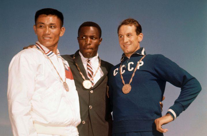 Das Siegerpodest von Rom: Yang-Chuan Kwang, Rafer Johnson und Wassili Kusnezow