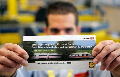 Lidl-Mitarbeiter mit Karte: Sonderkassen und vorverlegte Öffnungszeiten