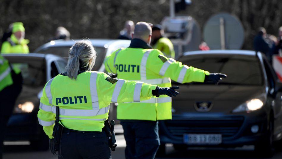Dänische Polizisten bei einer Kontrolle an der Grenze zu Deutschland im März