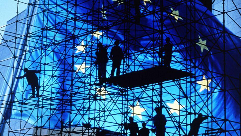 Baugerüst vor EU-Flagge: Europa bastelt