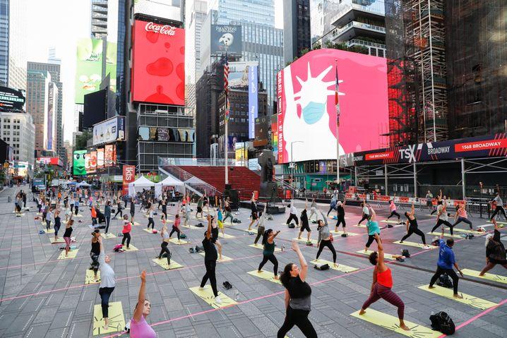 Yoga auf dem Times Square in New York