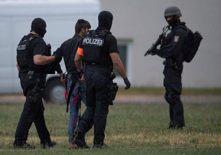 Ali B. auf dem Weg zum Polizeipräsidium Westhessen