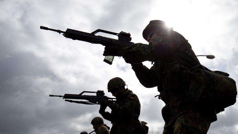 Grundausbildung von Bundeswehr-Soldaten mit G-36-Gewehr, im April 2015