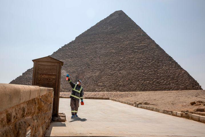 Ägyptens Kampf gegen das Virus: Desinfektion der Pyramiden