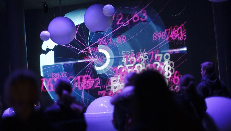 Besucher einer Ausstellung am Cern: Neues Teilchen entdeckt
