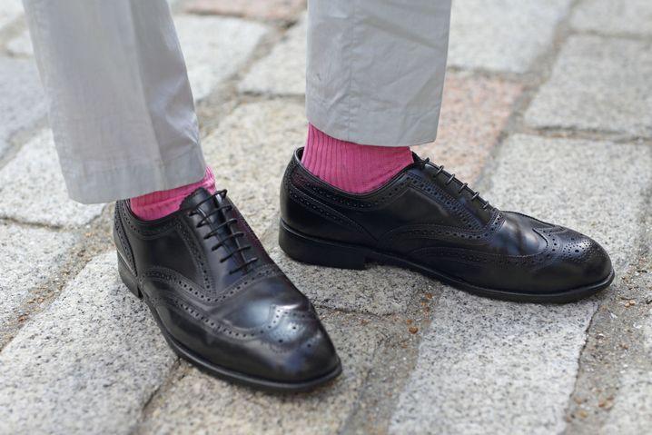 Schuhe: vom Vater geliehen / Hose: Geschenk der Freundin aus Paris