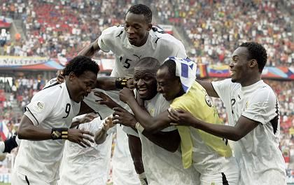 """Jubelnder Sulley Muntari (o.): """"Ghana muss Respekt für Afrika verdienen"""""""