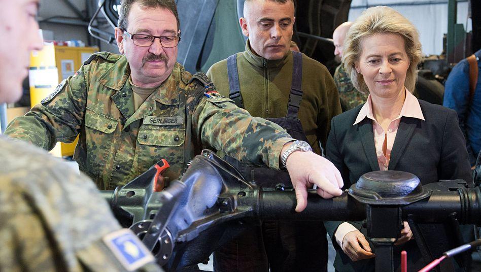 Ministerin von der Leyen beim Truppenbesuch (im Kosovo): Reformen geplant