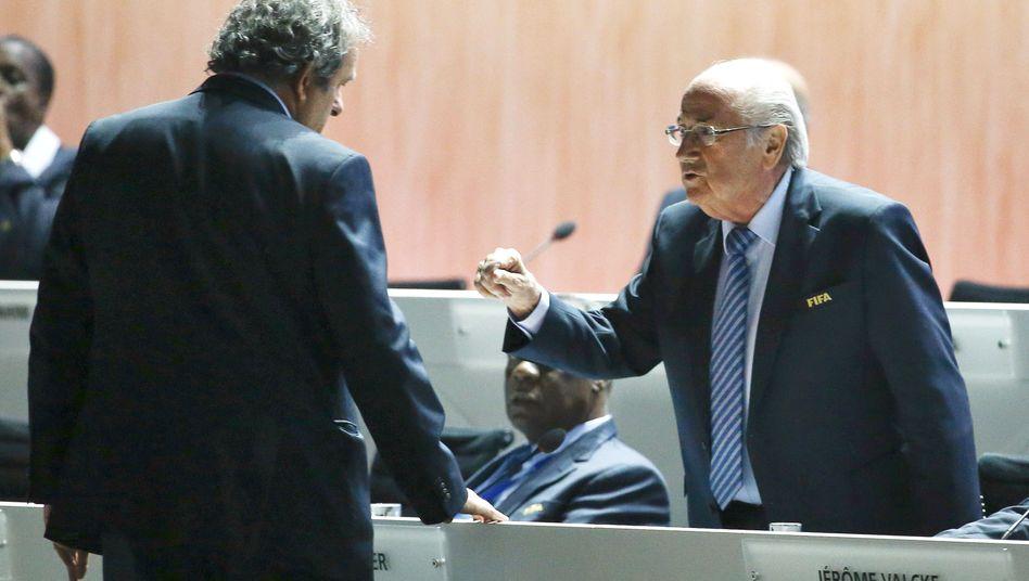 Kontrahenten Platini, Blatter (am 29. Mai in Zürich): Handschlag auf Brusthöhe