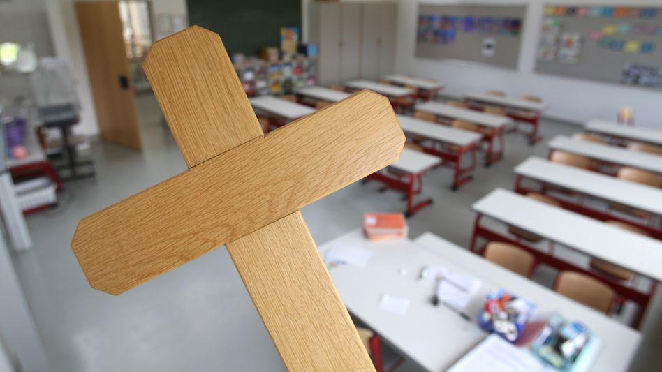 Kreuze im Klassenzimmer (Archivbild): Darüber streiten Eltern und Lehrer mit dem Schulleiter in Geretsried