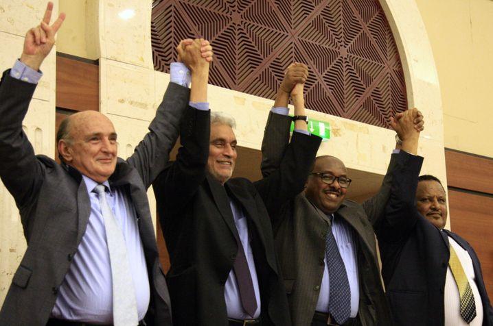 Vertreter der Afrikanischen Union bejubeln die Unterschrift