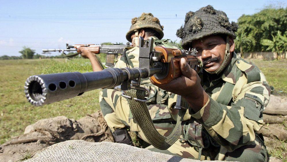 Indiens Grenze zu Bangladesch: Stacheldraht, Zäune, bewaffnete Grenzer