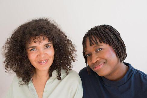 """Tebbi Niminde-Dundadengar und Olalolu Fajembola haben zusammen den Onlineshop """"tebalou"""" für Diversität im Kinderzimmer gegründet."""