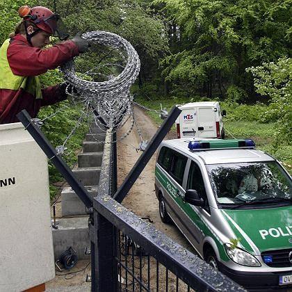 Weiträumige Absperrung: Der Zaun um Heiligendamm wird mit Nato-Draht verstärkt