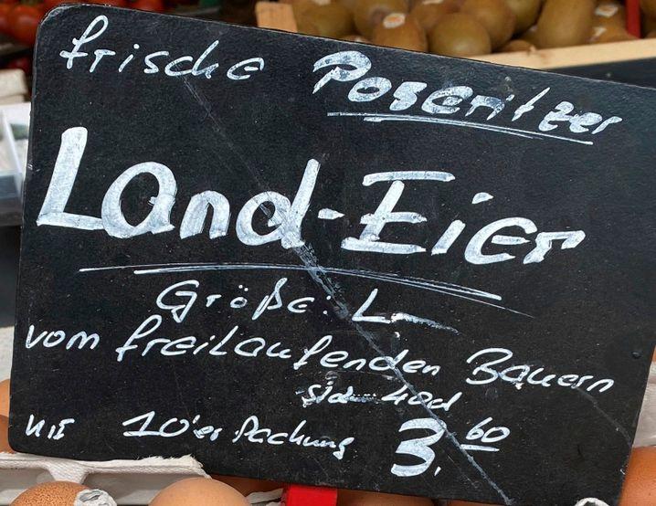 An einem Marktstand auf Rügen