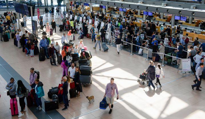Ferienbeginn in Hamburg: Lange Schlangen an den Check-in-Schaltern