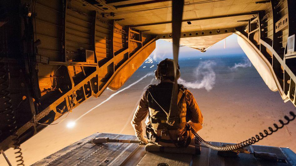 Bundeswehr-Soldat beim Flug über Nordafghanistan (Archiv): Längerer Einsatz