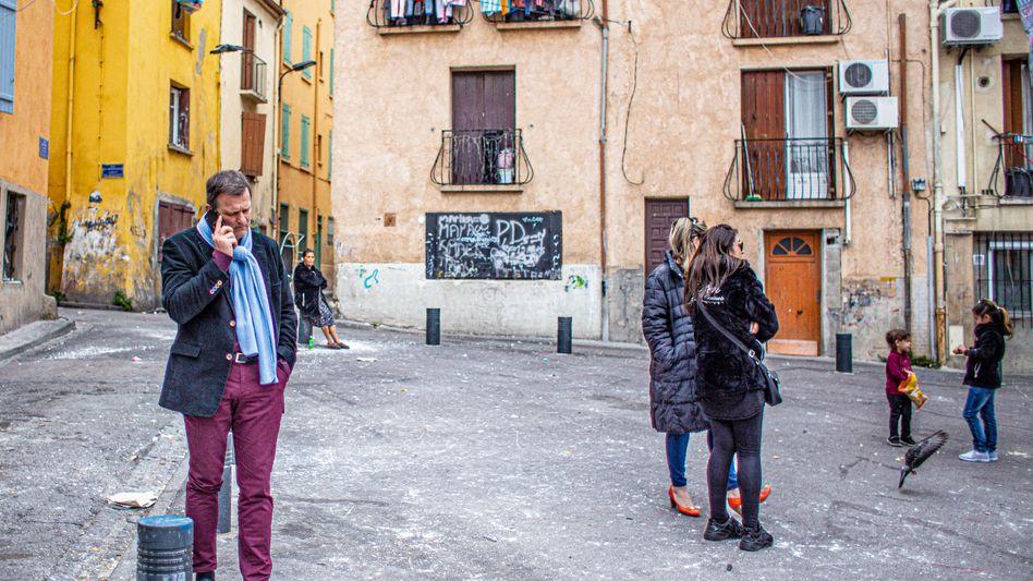 """Wahlkämpfer Aliot (l.) in Perpignan: """"Eine totale Missachtung der Demokratie"""""""