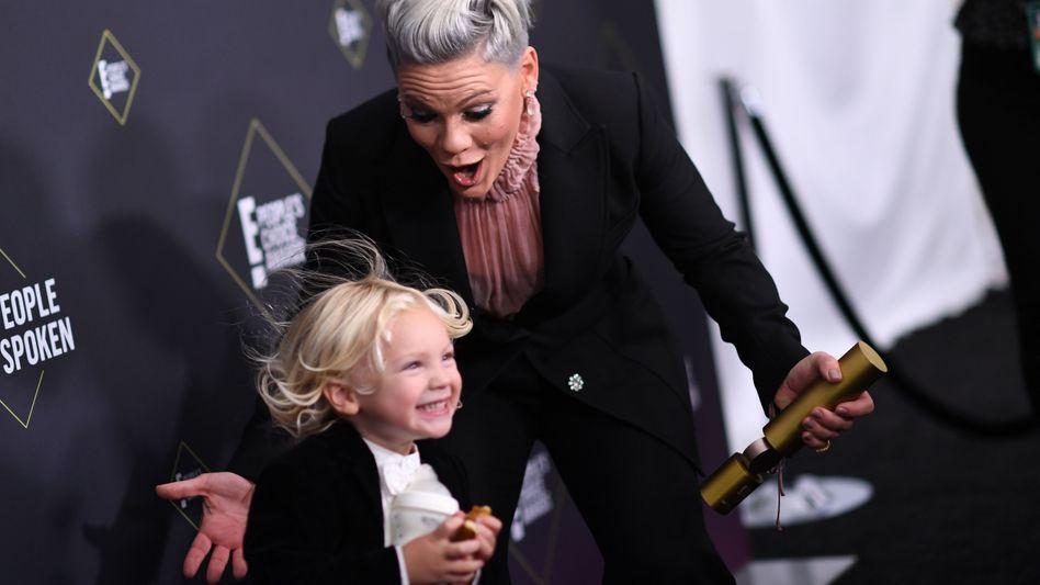 """Pink mit ihrem Sohn Jameson Moon Hart bei einer Preisverleihung im November 2019: """"Sehr, sehr krank"""""""