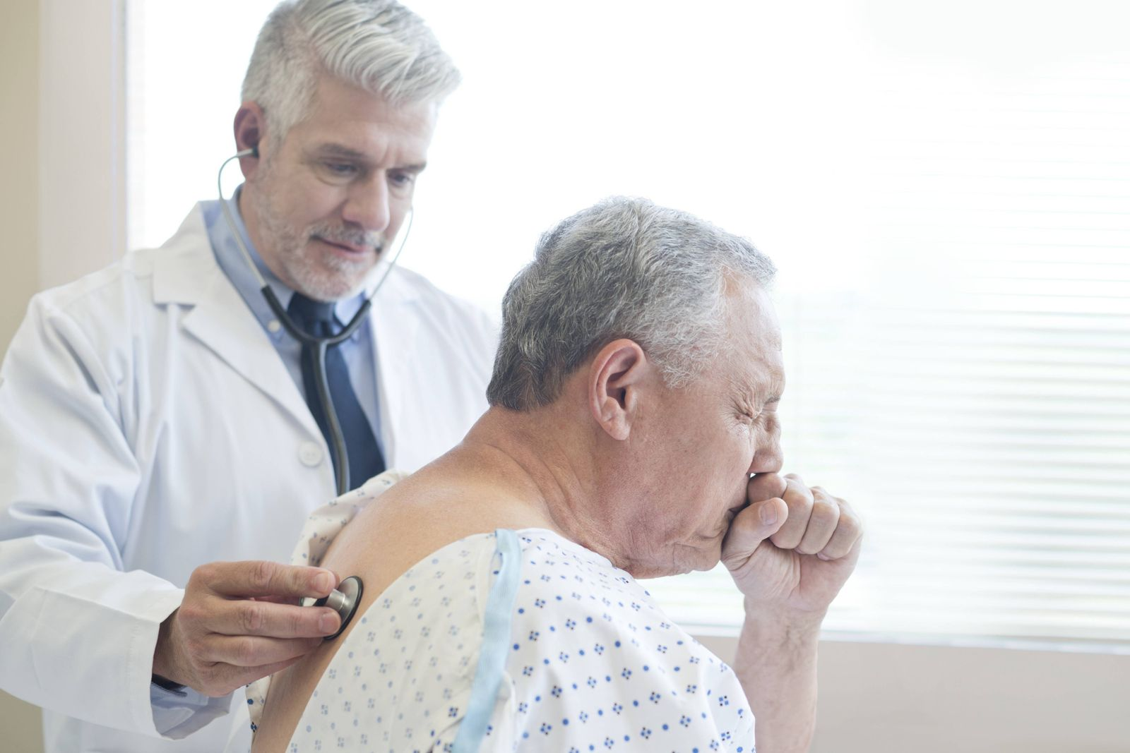 AUFMACHER EINMALIGE VERWENDUG Male doctor examining patient in hospital