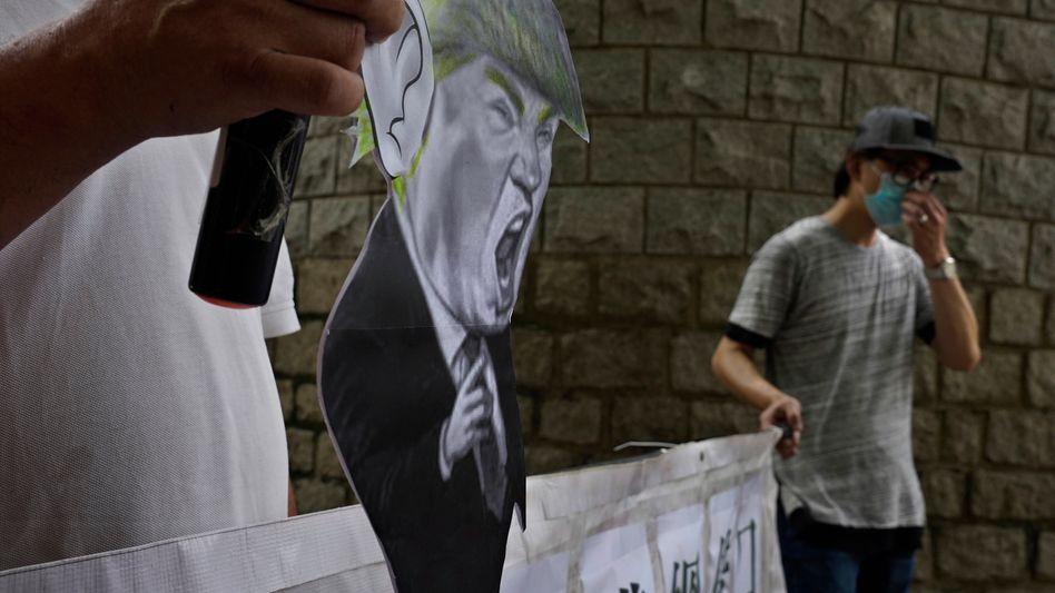 "Pro-China-Anhänger vor dem US-Konsulat in Hongkong: ""Heuchelei"""
