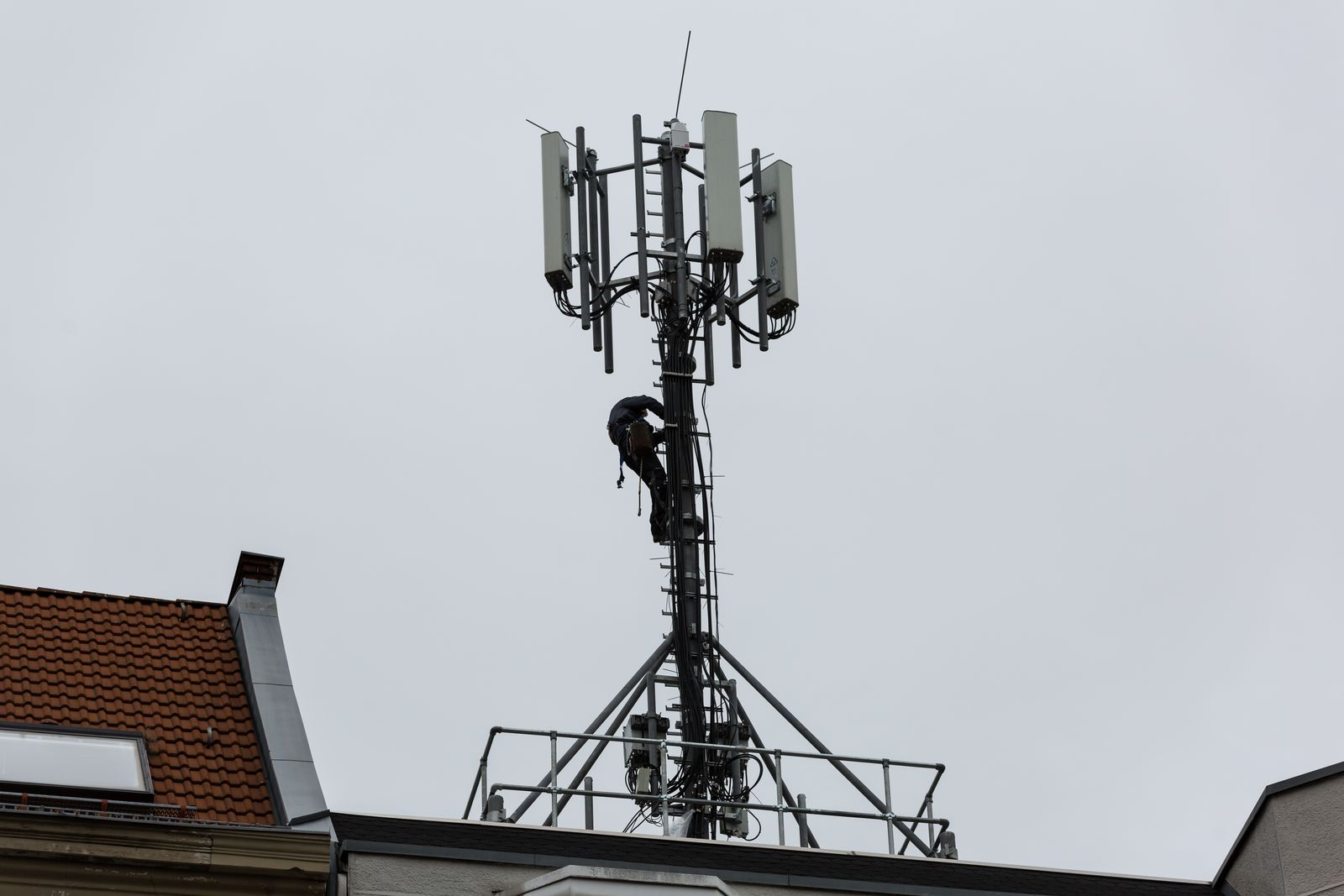 Arbeiter an einem Handy-Sendemast in Berlin *** Workers at a mobile phone transmission tower in Berlin
