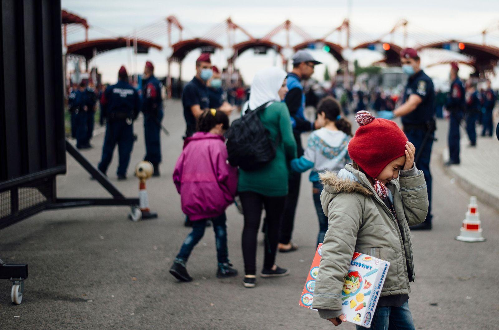 Flüchtlinge überqueren Grenze nach Ungarn