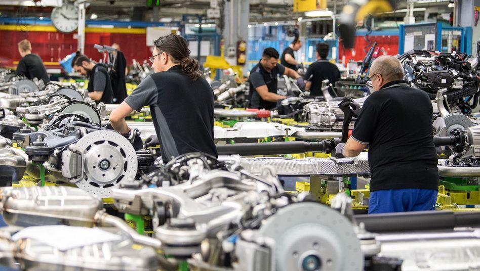 Mitarbeiter von Mercedes-Benz in Sindelfingen: Auch hausgemachte Probleme belasten die Konzerne