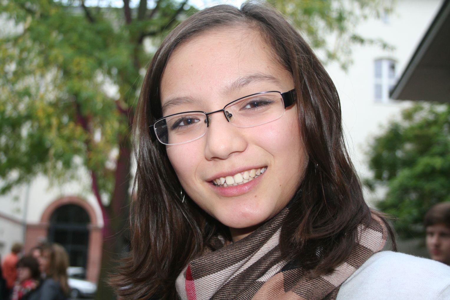 Studentin Sarah lässt sich in ihrer Wohnung bespritzen