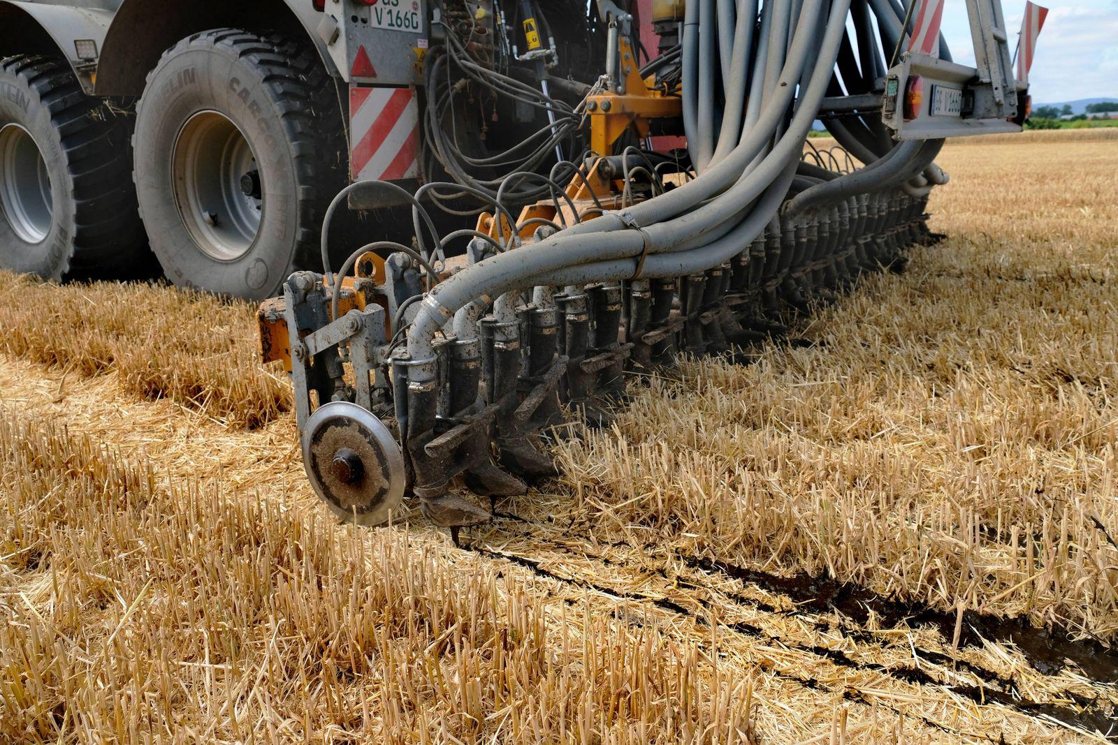 Auf einem Acker am Harz in Sachsen Anhalt im Landkreis Harz bringt ein Landwirt per 17 000 Liter Gü