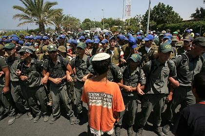 Übermacht: Ein Siedlerjunge steht vor einer Heerschar israelischer Soldaten