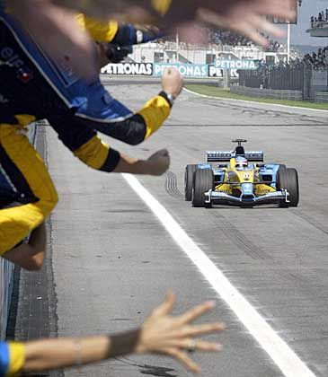 """""""Nimm mich mit, Fernando"""": Beim Zieleinlauf vom Drittplazierten Fernado Alonso hatte sich die Renault-Crew in Trampermanier an der Strecke postiert"""
