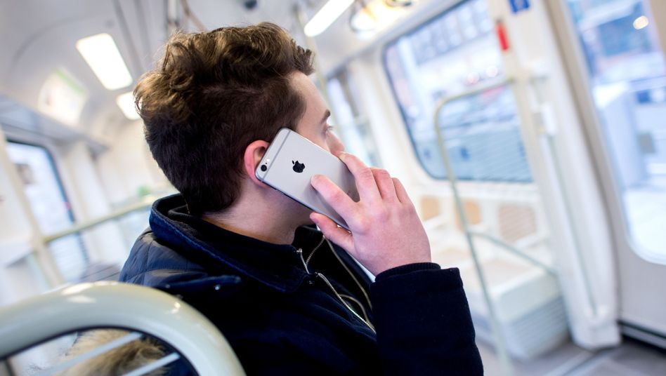 Stadtbahn-Passagier mit Handy (Archivbild)