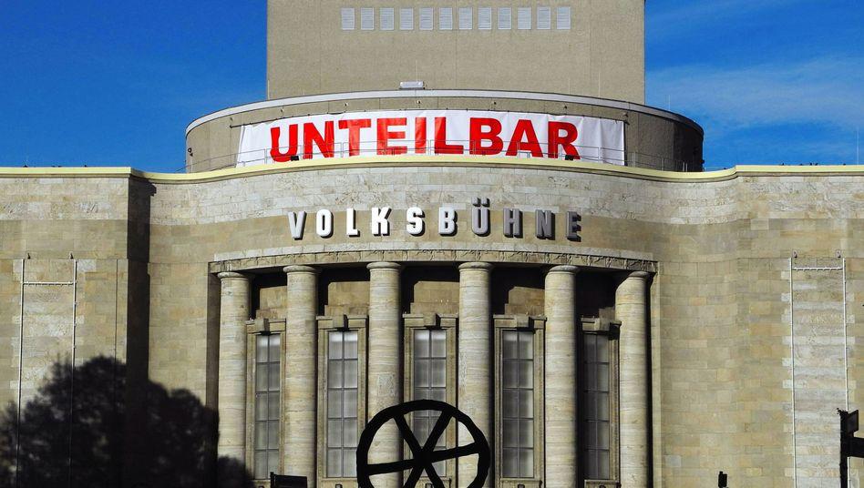 #unteilbar-Poster am Dach der Volksbühne in Berlin