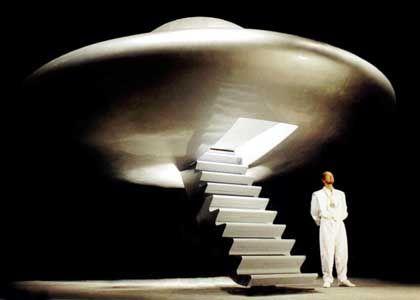 Rael vor einem Ufo (von der Clonaid-Website)