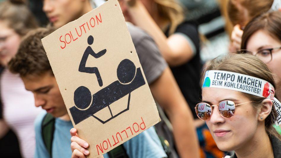 Demonstrantin in Hannover (Archiv): Da in Deutschland Schulpflicht ist, müssen Erziehungsberechtigte dafür sorgen, dass ihre Kinder zur Schule gehen