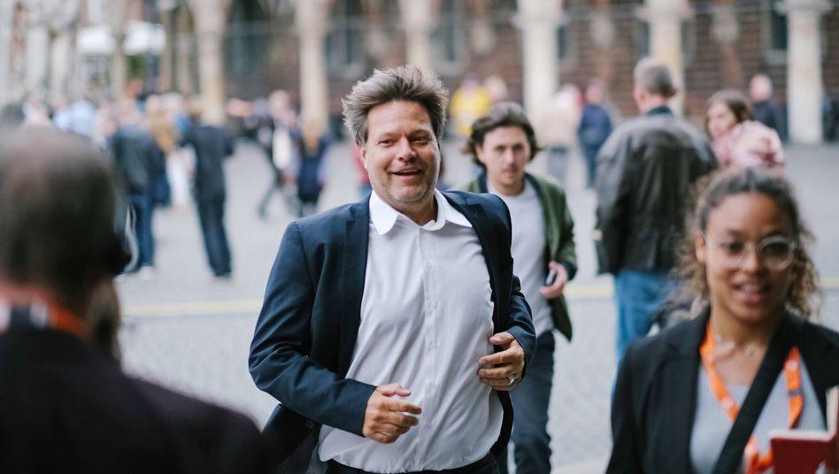 Der Bundesvorsitzende der Grünen, Robert Habeck, sprintet über den Bremer Marktplatz
