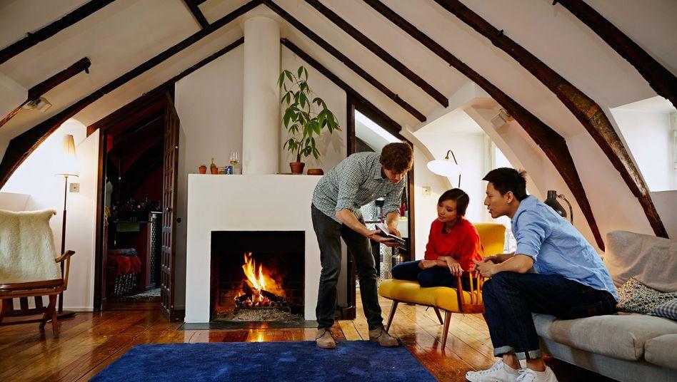 Airbnb-Gastgeber mit Gästen (Archivfoto)