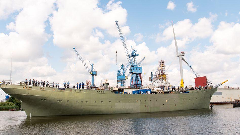 """Das Marine-Segelschulschiff """"Gorch Fock"""" wird aus einem Dock der Bredo-Werft ausgedockt"""