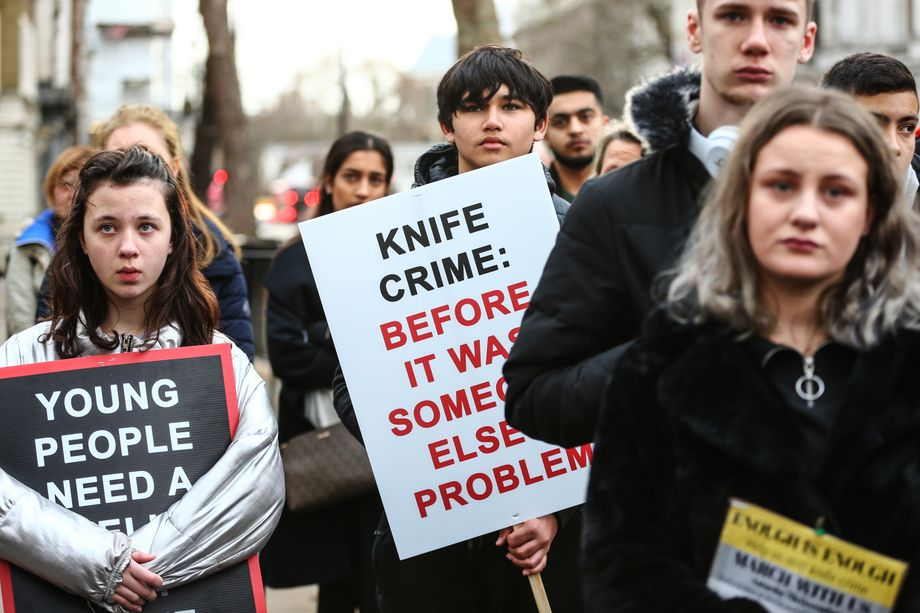 Jugendliche protestieren in London nach dem Tod eines 20-Jährigen durch eine Messerattacke