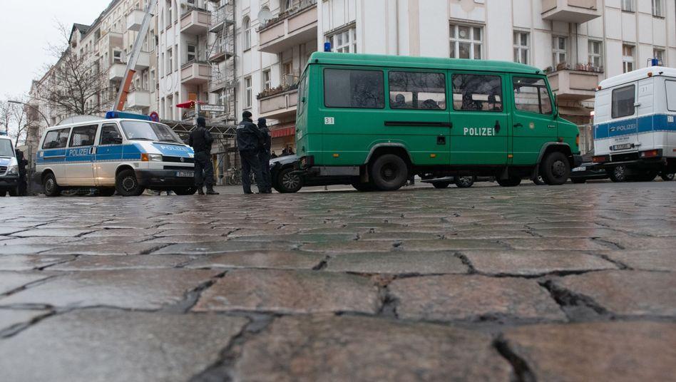 Einsatzfahrzeuge der Polizei vor einer Moschee in Berlin