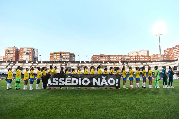 Banner gegen sexuelle Belästigung im Testspiel von Brasilien gegen Russland