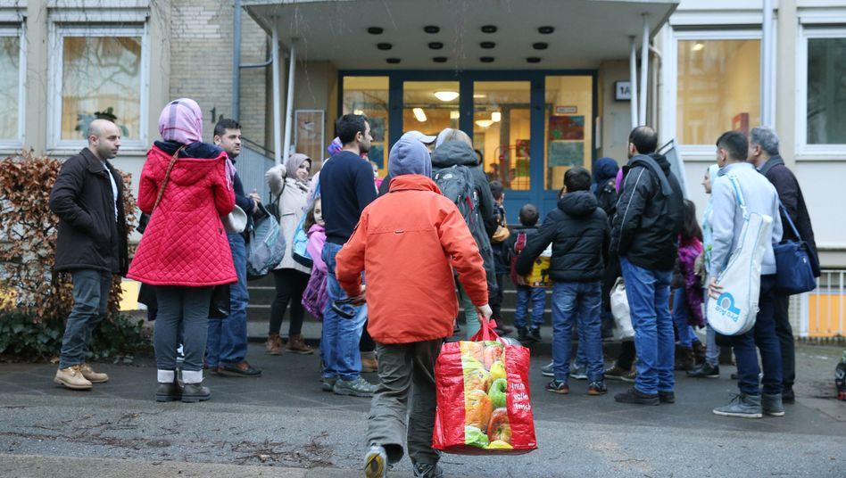 Flüchtlinge vor einem Heim in Hamburg: Ökonomen kritisieren Plan für Beschäftigungsmaßnahmen