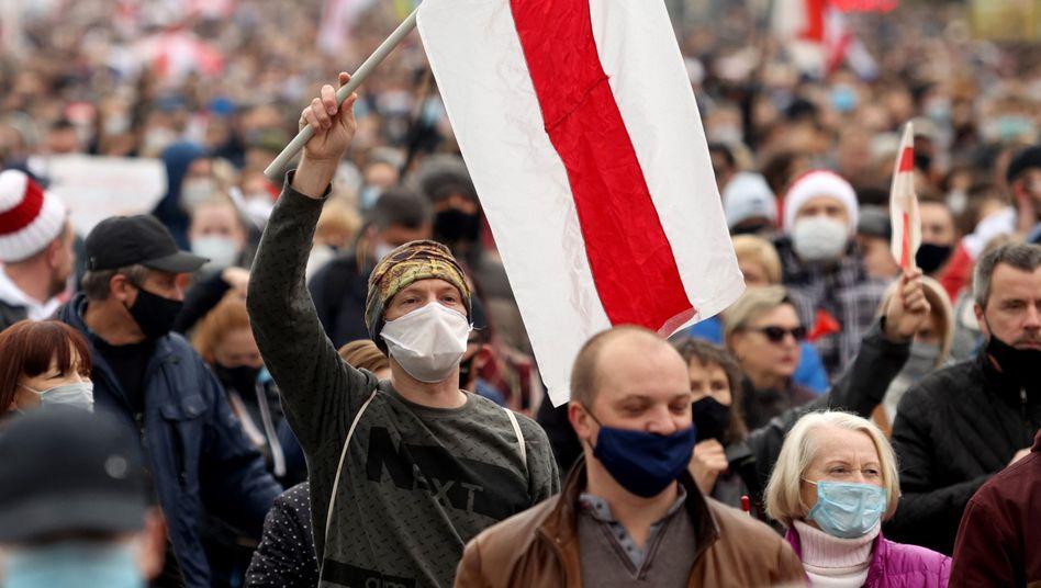 Demonstranten mit den Farben der Protestbewegung Ende Oktober in Minsk (Symbolbild)
