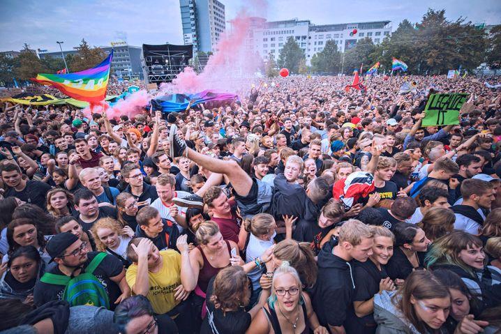 """Konzertpublikum bei """"Wir sind mehr"""" am 3.9.2018: Vorbeiziehende Besuchsantifaschisten"""